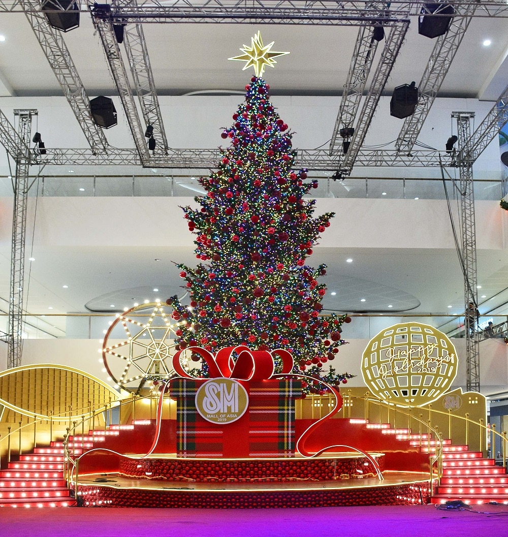 10 Magnificent Christmas Trees Around the Metro To Take
