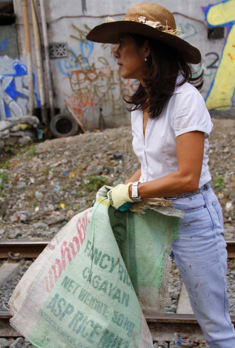 Gina Lopez helps clean up Pasig River