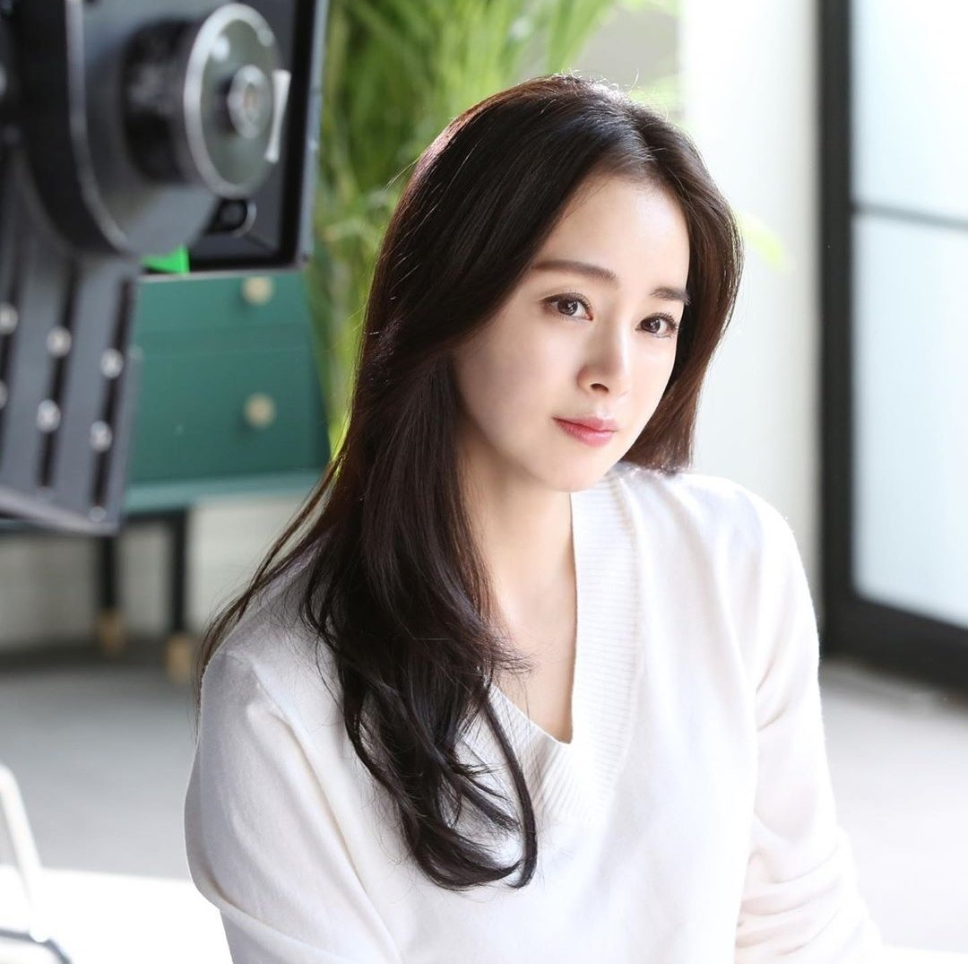 Kim Tae-Hee, glowing at 40.